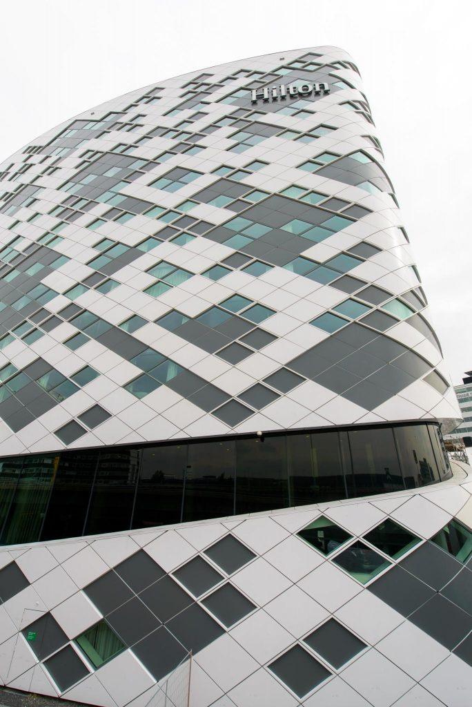 LLumar lichtwerende glasfolie - Hilton Schiphol